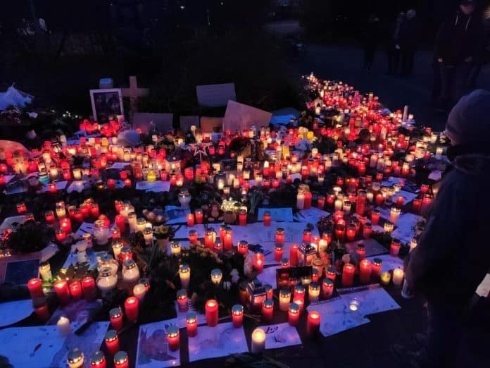 Candles in front of zoo, source: Zoo Krefeld