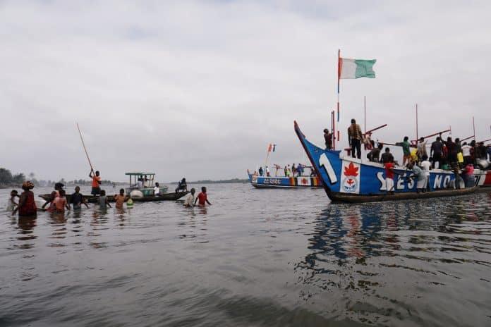 People buy fish, Ivory Coast, photo: Reuters / Luc Gnago