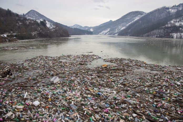 Plastic trash in the polluted Potpecko Lake, Serbia, photo: Reuters/Marko Djurica