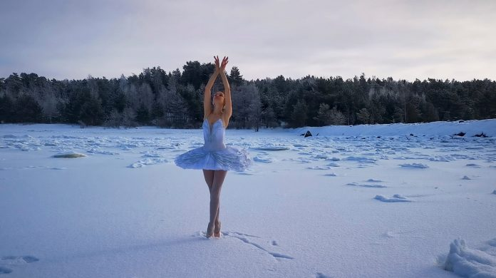 Ilmira Bagautdinova dances on frozen lake to save nature and swans, photo: Reuters